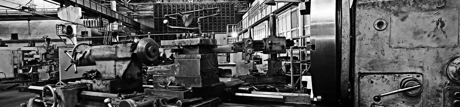 Alte Maschinen in einer Lagerhalle